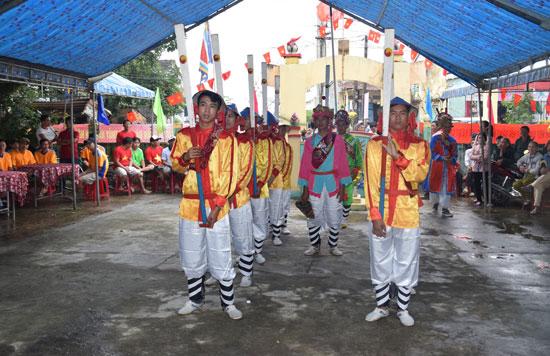 Lễ hội cầu ngư đầu năm Đinh Dậu. Ảnh: THẮNG DƯƠNG