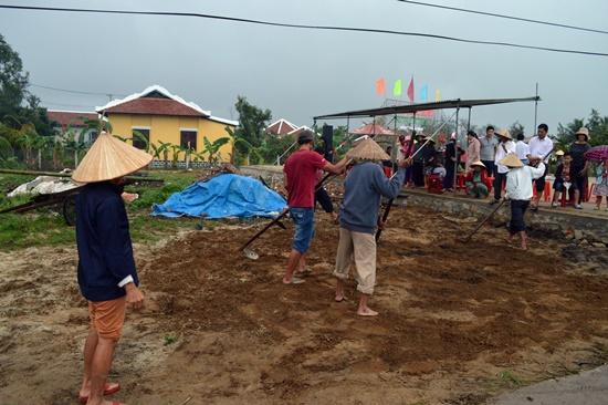 Lễ hội ngoài giá trị tâm linh còn là dịp để người dân làng gặp gỡ, tranh tài đầu xuân