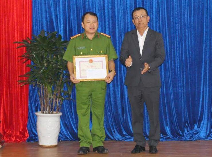 Ông Nguyễn Văn Dũng - Chủ tịch UBND TP.Hội An trao thưởng cho Công an TP.Hội An.