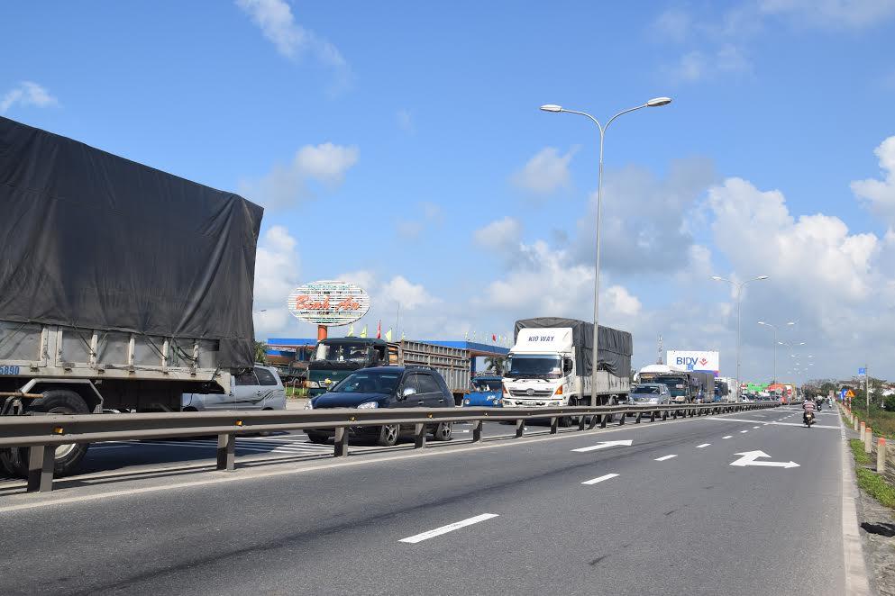 Xe cộ lưu thông qua quốc lộ 1 bị ùn ứ hơn 1km Ảnh: THANH THẮNG
