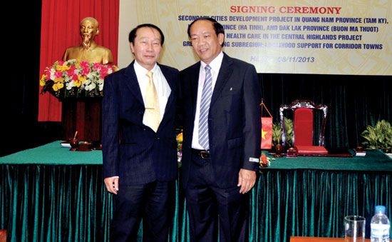 Chairman Thu (right) in an signing ceremony of secondary cities development project in Quang Nam