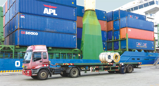 Transporting goods via ports in Quang Nam province.