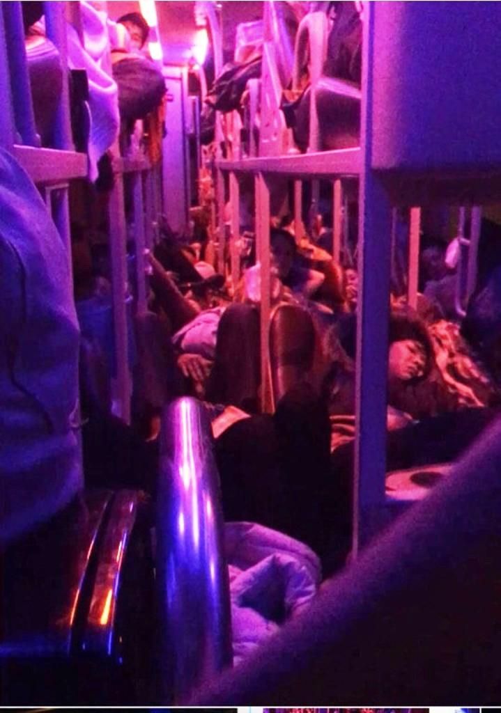 Một xe khách vi phạm lỗi chở quá số người quy định, hành khách phải nằm, ngồi ngay dưới sàn xe. Ảnh: CSGT cung cấp