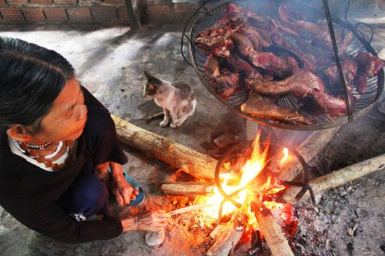 Đồng bào vùng cao thường giữ lửa để đảm bảo thịt xông khói không bị hư. Ảnh: ALĂNG NGƯỚC
