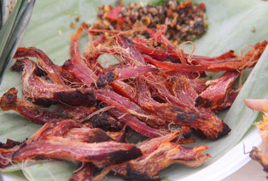 Thịt xông khói xé chấm muối tiêu rừng, món ẩm thực truyền thống của đồng bào vùng cao.  Ảnh: ALĂNG NGƯỚC