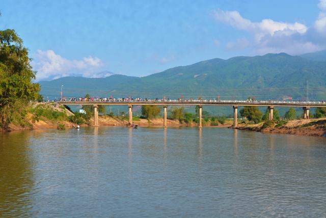 Cầu Hà Tân nơi xảy ra sự việc đau lòng. Ảnh: TRIÊU NHAN