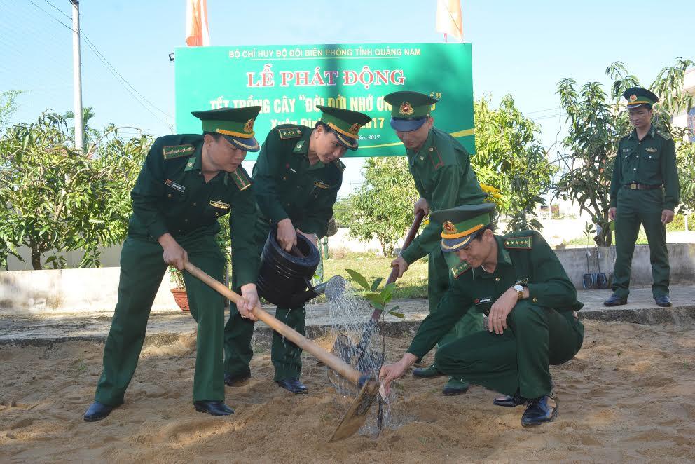 Bộ đội Biên phòng trồng cây sau lễ phát động. Ảnh: HỒNG ANH
