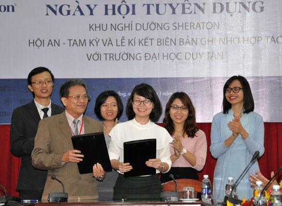 Lễ ký kết ghi nhớ hợp tác giữa Đại học Duy Tân với Sheraton Hội An - Tam Kỳ vào tháng 1.2017.Ảnh: Q.TUẤN