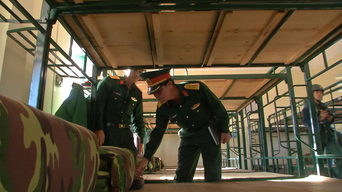 Lãnh đạo, chỉ huy Trung đoàn 885 kiểm tra nơi ăn, ở, sinh hoạt của chiến sĩ mới.