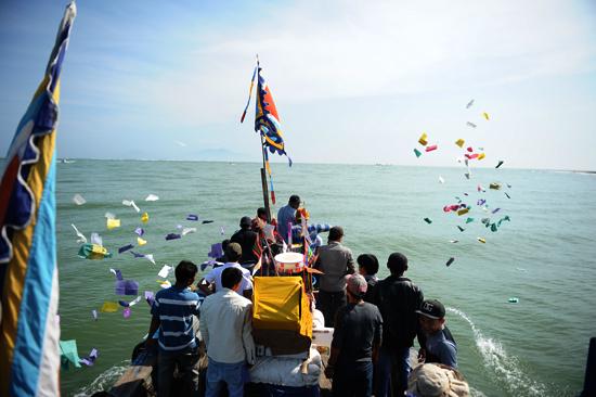 Rước lễ ra cửa biển Cửa Đại