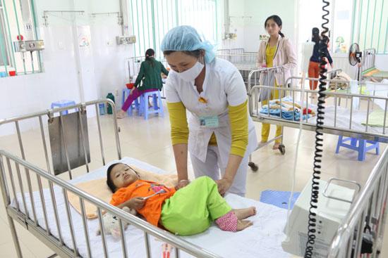 Cần đưa trẻ đến cơ sở y tế để khám và điều trị khi nhận thấy các biểu hiện bệnh tay chân miệng. Ảnh: THÀNH CÔNG