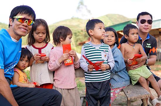 Niềm vui của trẻ em vùng cao trong ngày tết cổ truyền bên những du khách đến từ miền xuôi. Ảnh: Đ.N