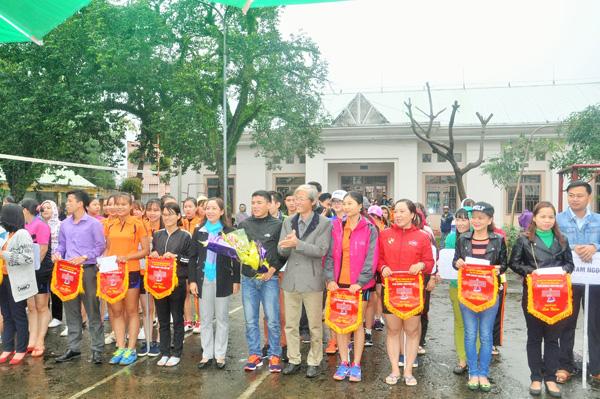 Lãnh đạo Trung tâm Văn hóa - thể thao và Hội LHPN Tam Kỳ tặng hoa động viên các đội bóng trước giờ thi đấu. Ảnh: T.VY