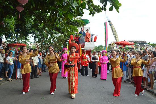 Lễ hội đang dần trở thành một sản phẩm du lịch phục vụ du khách. Ảnh: V.Lộc
