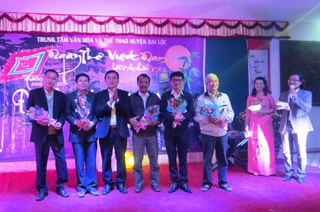 Ông Nguyễn Công Thanh - Phó Bí thư Huyện ủy Đại Lộc tặng hoa chúc mừng 5 tác giả đạt giải. Ảnh: HOÀNG LIÊN