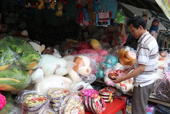 Socola, gấu bông và những quà tặng vào dịp lễ tình nhân được bài trí bắt mắt tại cửa hàng Cúc Phong (đường Trần Cao Vân, TP. Tam Kỳ). Ảnh: KIỀU LY