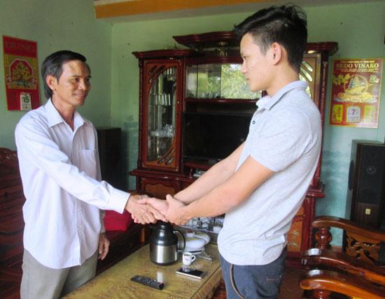 Ông Lưu Văn Ân - Trưởng thôn Trà Kiệu Tây (xã Duy Sơn) thăm hỏi, động viên thanh niên địa phương lên đường nhập ngũ.Ảnh: VĂN SỰ