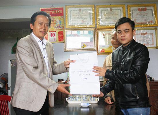 Bí thư Tỉnh đoàn Đinh Nguyên Vũ tặng quà, động viên thanh niên Nguyễn Tấn Phát trước ngày nhập ngũ. Ảnh: THÀNH ĐẠT