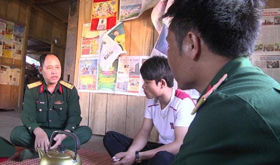 Đại diện Cơ quan Quân sự huyện Nam Trà My thăm hỏi, động viên tân binh trước khi lên đường nhập ngũ. Ảnh: TUẤN TÚ
