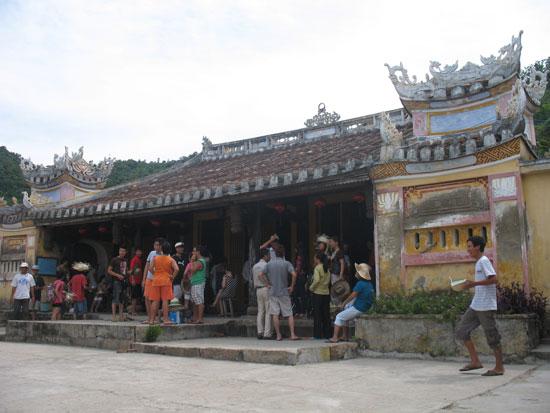 Du khách tham quan, vãn cảnh tại đình chùa, hội quán Hội An. Ảnh: CHÂU NỮ