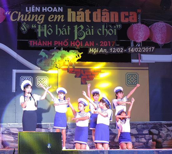 Đội thi hát dân ca của Trường THCS Nguyễn Khuyến.
