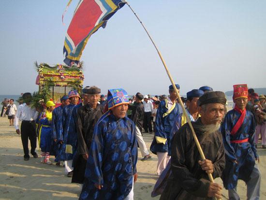 Lễ hội cầu ngư được tổ chức ở xã Tam Hải (Núi Thành) vào tháng Giêng hàng năm thu hút đông đảo du khách. Ảnh: Minh Đức