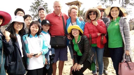 Giáo viên và học sinh Trường THCS Lý Tự Trọng trò chuyện với khách nước ngoài trong buổi dã ngoại tại Mỹ Sơn, Hội  An. ảnh: CHÂU NỮ