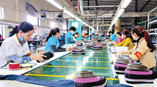 Dây chuyền sản xuất, gia công giày tại một nhà máy ở Khu công nghiệp Thuận Yên.Ảnh H.P