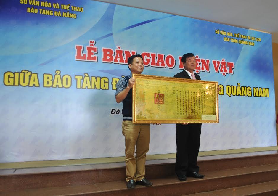 Ông Huỳnh Đình Quốc Thiện- Giám đốc Bảo tàng Đà Nẵng trao hiện vật được phiên bản tượng trưng cho ông Nguyễn Nay- Giám đốc Bảo tàng tỉnh Quảng Nam.