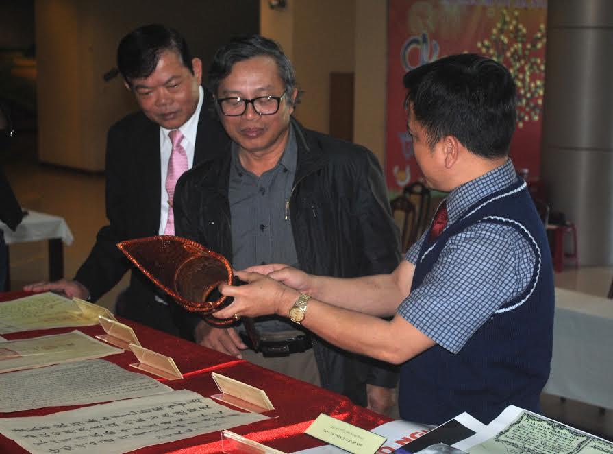 Ông Huỳnh Đình Quốc Thiện- Giám đốc Bảo tàng Đà Nẵng đang giới thiệu về giõ đựng tài liệu của ông Nguyễn Y Kế(Tam Kỳ), dùng vào việc đi bắt gà rừng để liên lạc với đồng chí Võ Chí Công và đồng chí Chu Huy Mân trong những năm 1940.