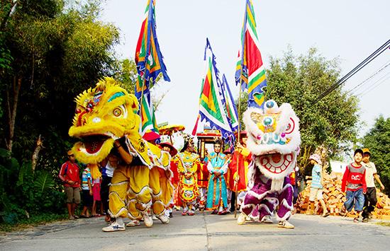 Lễ rước sắc trong một lễ hội ở Quảng Nam. Ảnh: PHƯƠNG THẢO