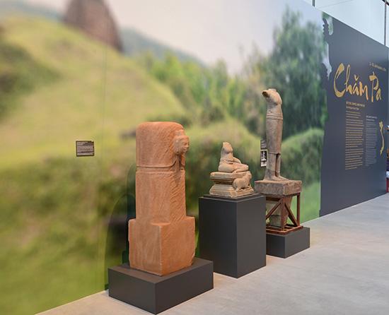 Mukhalinga Mỹ Sơn đang trưng bày tại các bảo tàng Đức. Ảnh: T.Vịnh, Andreas Reinecke