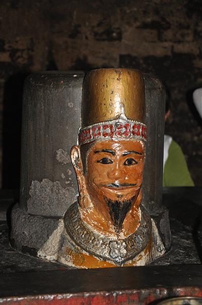 Tượng vua Pô Klaong Girai trên mukhalinga ở tháp Pô Klaong Girai.