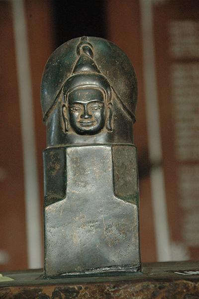 Linga có phù điêu thần Shiva, thuộc Văn hóa Óc Eo, hiện vật của Bảo tàng Chu Lai.