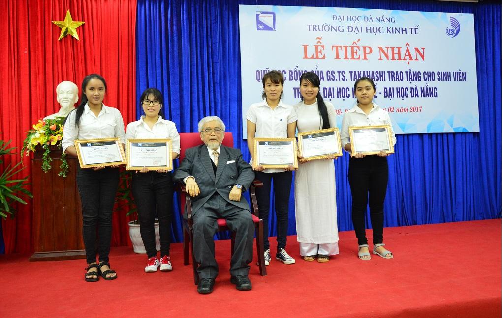 5 nữ sinh viên đầu tiên nhận được học bổng từ quỹ học bổng do GS. Yoshiaki Takahasi trao tặng. Ảnh: Q.T