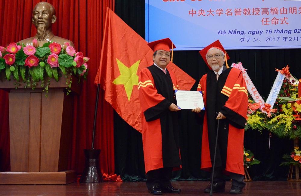 Ông Trần Văn Nam - Giám đốc ĐH Đà Nẵng trao bằng giáo sư danh dự cho ông Yoshiaki Takahashi. Ảnh: Q.T