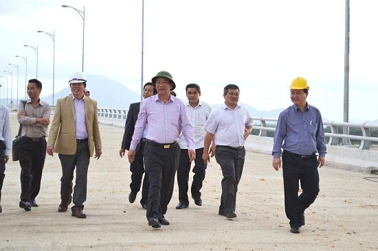 Chủ tịch UBND tỉnh Đinh Văn Thu khảo sát thực địa phần cầu chính cầu Giao Thủy. Ảnh: CT