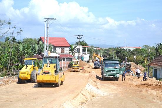 Nhà thầu đang tiến hành đắp đường dẫn nối với mố cầu ở phía bắc. Ảnh: CT