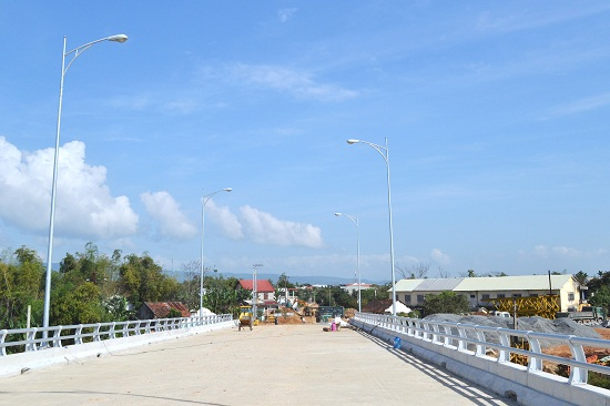 Trên cầu chính Giao Thủy, hạng mục điện chiếu sáng đã hoàn thiện, lan can lắp đặt xong hơn 60% chiều dài. Ảnh: CT