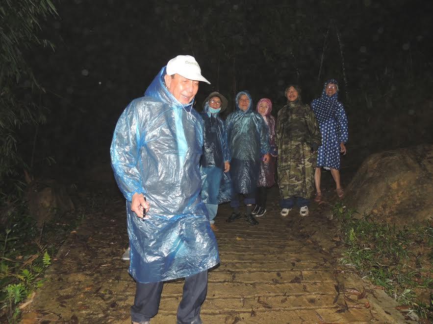 Vượt đêm mưa đến với bà con xã Trà Linh.