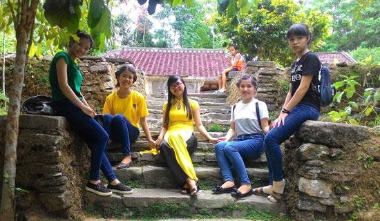 Các bạn trẻ tham quan thực tế và tham gia vẽ tranh tại làng cổ Lộc Yên.Ảnh: N.HƯNG