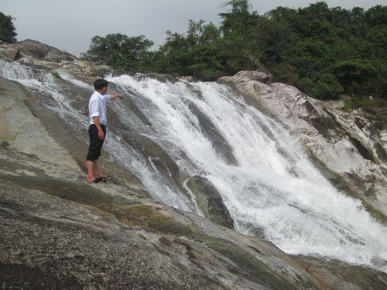Thác Ồ Ồ Tiên Châu đã trở thành danh thắng trong lòng dân Tiên Phước và bạn bè, du khách gần xa.Ảnh: P.HOÀNG