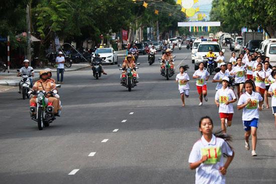 Nhiều sự kiện văn hóa, thể dục thể thao, du lịch được tổ chức an toàn trong năm 2016. Trong ảnh: Phòng Cảnh sát giao thông (Công an tỉnh) tham gia  bảo vệ tại giải Việt dã Báo Quảng Nam năm 2016.