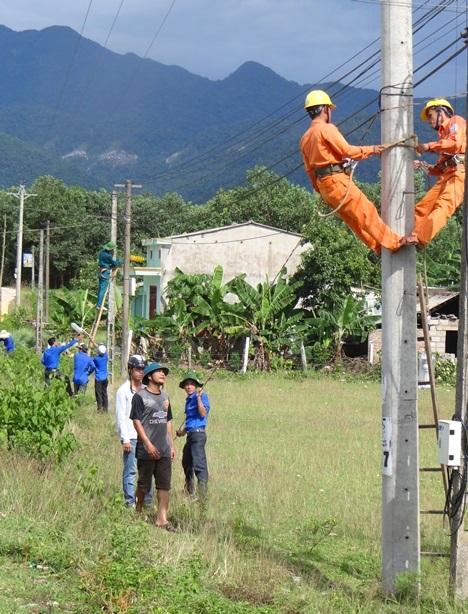Bắt điện đường tại huyện Bắc Trà My. Ảnh: M.H