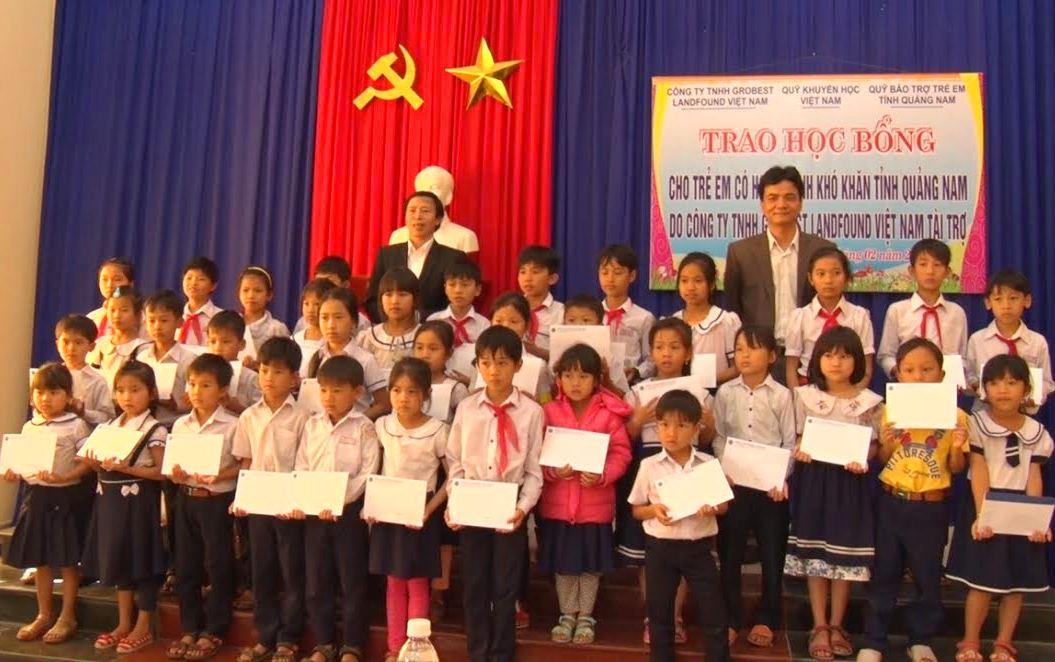 Các em học sinh vui mừng nhận được học bổng từ Công ty TNHH Grobest Việt Nam