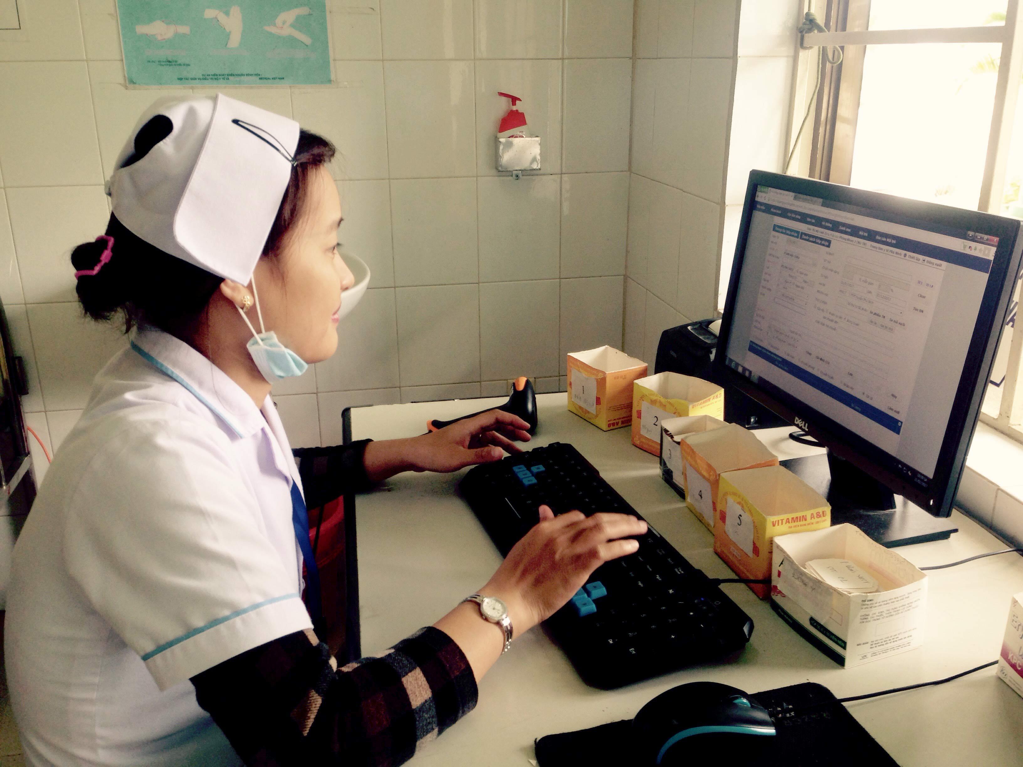 Những năm qua, việc áp dụng công nghệ thông tin đã giúp Trung tâm Y tế huyện Phú Ninh thuận lợi hơn trong công tác khám chữa bệnh. Ảnh: CHÂU PHƯỚC