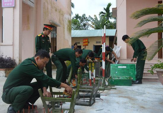 Cơ quan Quân sự huyện Bắc Trà My củng cố, sửa chữa mô hình học cụ, vật chất huấn luyện. Ảnh: TUẤN ANH