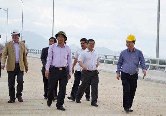 Chủ tịch UBND tỉnh Đinh Văn Thu khảo sát thực địa cầu Giao Thủy. Ảnh: C.T