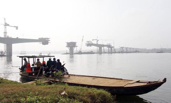 """Khi cầu Giao Thủy hoàn thành, người dân không còn chịu cảnh """"lụy đò"""", nhất là vào mùa mưa lũ. Ảnh: Đức Hoàng"""