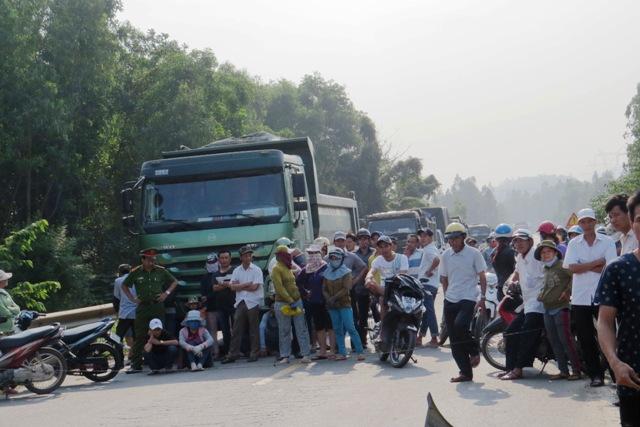 Tuyến QL 14B bị ách tắc hơn hai giờ đồng hồ, đoàn xe bị ách tắc kéo dài hàng cây số. Ảnh: TRIÊU NHAN